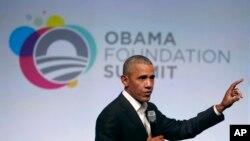 Barack Obama prend la parole lors de la première session du sommet de la Fondation Obama, Chicago, 31 octobre 2017