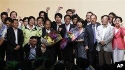 9일 홍콩 입법회 선거에서 제1당을 차지한 민주건항연맹 관계자들.