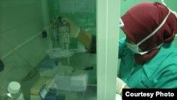 Petugas Balai Besar Pengawas Obat dan Makanan (BB POM) di Surabaya melakukan uji sampel vaksin dari beberapa rumah sakit dan fasilitas pelayanan kesehatan di Jawa Timur. (Courtesy: BB POM Surabaya)