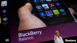 CEO Blackberry Thorsten Heins menunjukkan fitur-fitur pada Blackberry 10 terbaru di San Jose, September 2012. (Reuters/Robert Galbraith)