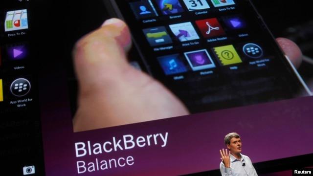 CEO Research In Motion Thorsten Heins saat mempresentasikan fitur-fitur Blackberry 10 pada September 2012.  (Reuters/Robert Galbraith)