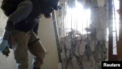 29일 시리아 다마스쿠스 외곽 자말카에서 유엔 소속 전문가 방독면을 쓴 채 화학무기 공격 현장을 조사하고 있다.