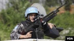 Seorang anggota pasukan perdamaian PBB siaga di ibukota Abidjan (foto: dok.)