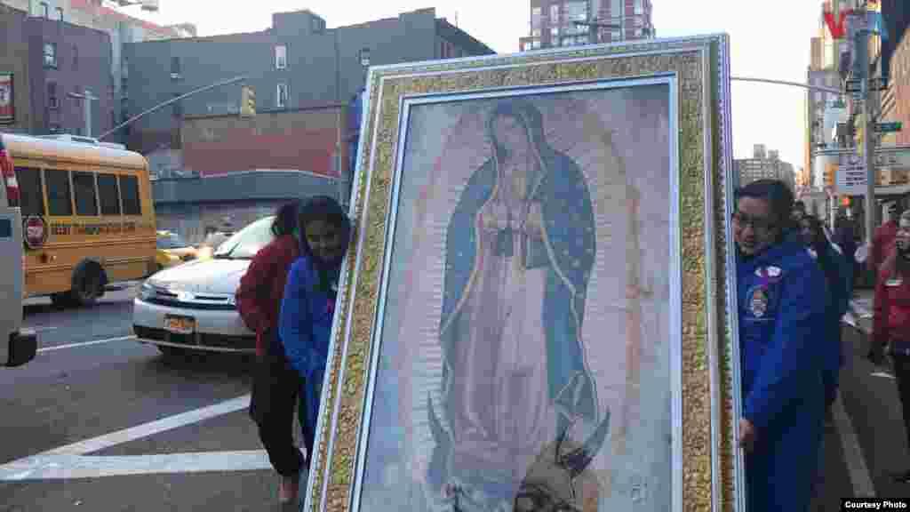 Dos mujeres sostienen una imagen de la Virgen de Guadalupe en una procesión que tuvo lugar en la Ciudad de Nueva York, el miércoles. Foto: Celia Mendoza- VOA