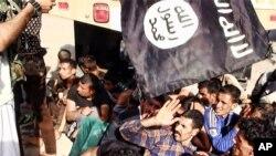 지난해 6월 이슬람 수니파 무장조직 ISIL이 이라크 티크리트를 점령한 후 이라크 정부군을 포로로 붙잡았다. (자료사진)