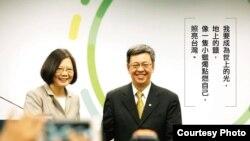 台湾反对党民进党总统参选人蔡英文(左)及其竞选搭档陈建仁星期五在台北登记参选2016年大选(陈建仁脸书照片)