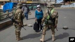 Los policías y militares refuerzan los controles para evitar que la población salga de sus domicilios y cumplan con la cuarentena total.