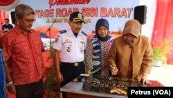 Walikota Surabaya Tri Rismaharini saat meresmikan pengoperasian frontage road jalan Ahmad Yani sisi barat yang diharapkan mampu mengurangi kepadatan lalu lintas. (Foto: VOA/Petrus)