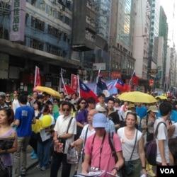 香港七一游行中有人打出港英旗和青天白日旗(资料照 美国之音海彦拍摄)
