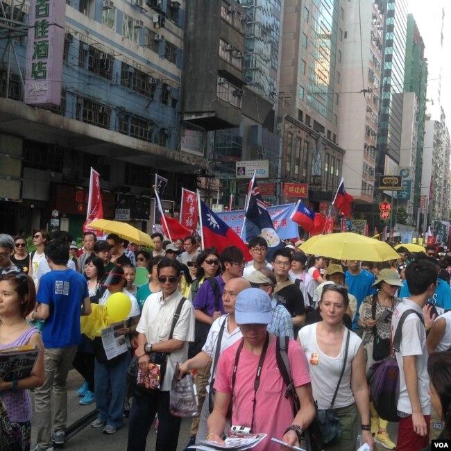 香港七一遊行中有人打出港英旗和青天白日旗(資料照美國之音海彥拍攝)