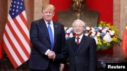 Tổng Bí thư-Chủ tịch nước VN Nguyễn Phú Trọng (phải) tiếp Tổng thống Mỹ Donald Trump (trái) hôm 27/2/2019 ở Hà Nội (ảnh tư liệu).