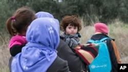 Des migrants turcs en train de se rendre à pied à l'île grecque de Lesbos, près de Ayvacik, Turquie, le 29 janvier 2016.. (AP Photo/Halit Onur Sandal)