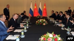 中國主席習近平和俄羅斯總統普京在金磚國家會議期間會談。西方制裁考驗俄中關係。(2014年7月15日)