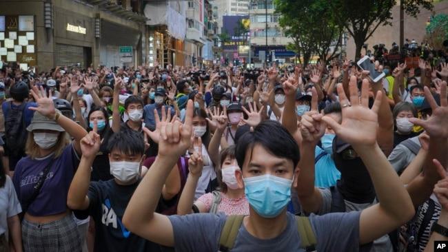 """香港民众在主权回归纪念日游行抗议港版国安法,坚持""""五项诉求缺一不可""""。(2020年7月1日)"""