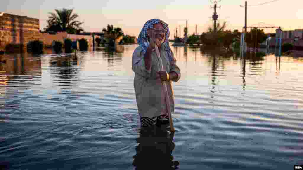 پیشروی سیل تا منطقه ابوطیور - شعیبیه بعد از سیل هفته گذشته خوزستان، در روستاهای حاشیه رودخانه دز، بخش شعیبیه بر اثر شکسته شدن سیلبند کاملا زیر آب رفته و تمام مزارع خراب شدهاند. ارتفاع آب در برخی نقاط به دو متر میرسد. مردم این روستاها اکنون با وچود کمکهای نهادهای مسئول همچنان با مشکل تامین غذا و آب آشامیدنی مواجه هستند. شعیبیه از توابع شوشتر است. عکس : امیر خلوصی، ایسنا