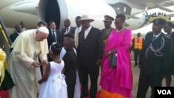 Papa Franja su prilikom dolaska u Ugandu na aerodromu dočekala deca