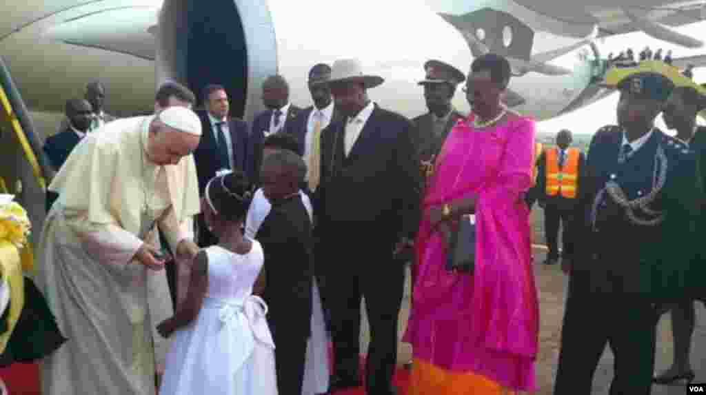 Papa Francis akiwewa mashada ya maua na mtoto aliyefika kumlaki uwanja wa ndege.