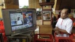 Seorang warga di Jakarta menyimak siaran televisi yang memberitakan tewasnya Osama bin Laden, Senin (2/5).