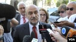 Chánh thanh tra của IAEA Herman Nackaerts nói chuyện với các nhà báo khi ông đến đàm phán với đại diện Iran tại Vienna, Áo, Thứ Sáu, 24/8/2012