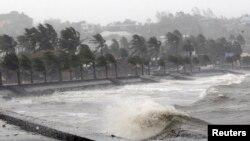 Sóng, gió đập vào kè đá ở thành phố Legazpi, tỉnh Albay của Philippines trong cơn bão Hagupit, 7/12/14