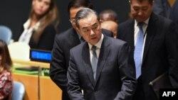 왕이 중국 외교담당 국무위원 겸 외교부장이 지난 24일 미국 유엔본부에서 열린 넬슨 만델라 평화회의장에 도착하고 있다.