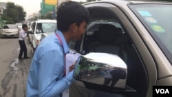 University students are helping to study the number of cars moving along Monivong and Sihanouk boulevards. (Photo: Phorn Bopha/VOA Khmer)