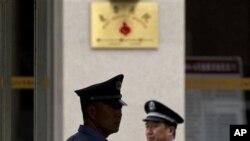 Nhân viên bảo vệ và cảnh sát đi bộ xung quanh lối vào bệnh viện nơi ông Trần Quang Thành được điều trị ở Bắc Kinh, 9/5/2012