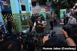 Gubernur Jabar Ridwan Kamil menunjukkan bekas suntikan di lengan kirinya usai menjalani penyuntikkan pertama dalam rangka uji klinis vaksin Sinovac, Jumat (28/8). (Foto: Courtesy/Humas Jabar)