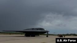 """美军一架B-2型""""幽灵""""隐形轰炸机飞抵迪戈加西亚岛美国海军基地(美国空军2020年8月12日摄)"""
