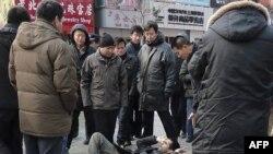 Phóng viên nước ngoài bị đẩy ngã tại trong lúc tìm cách ghi nhận phản ứng của công chúng Trung Quốc về một lời kêu gọi biểu tình ôn hòa được phổ biến trên mạng Internet, ngày 27/2/2011