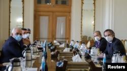 အီရန္ႏိုင္ငံျခားေရးဝန္ႀကီး Javad Zarif (ဘယ္) နဲ႔အဖြဲ႔ IAEA အႀကီးအကဲႏွင့္ တီဟီရန္ၿမဳိ႔မွာေတြ႔ဆုံစဥ္။ (February 21, 2021)