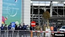 Cửa sổ tại sân bay quốc tế Brussels, Bỉ, bị phá vỡ sau vụ đánh bom khủng bố ngày 23 tháng 3 năm 2016.
