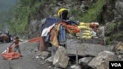 Penduduk berusaha menyelamatkan truk bermuatan semen yang rusak akibat tertimpa tanah longsor di Gangtok, India. (20/9).