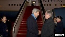 سفیر آمریکا در پکن به استقبال وزیر خارجه آمریکا رفت.