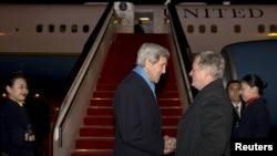 Američki državni sekretar Džon Keri pozdravlja se sa ambasadorom SAD u Kini, Maksom Bokusom po dolasku u Peking, 26. januara 2016.
