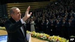 Thủ tướng Recep Tayyip Erdogan chào các thành viên đảng AK của ông trước khi thông báo quyết định chạy đua cho chức tổng thống, Ankara, 1/7/2014.