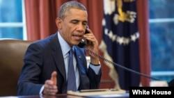 Presiden AS Barack Obama melakukan pembicaraan lewat telepon (foto: dok).