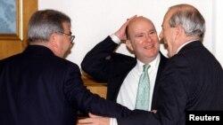 Евгений Примаков, премьер-министр России (1998 - 1999 гг.) и Мартин Гилман (в центре), представитель МВФ в России (1996 - 2001 гг.) 1998 год