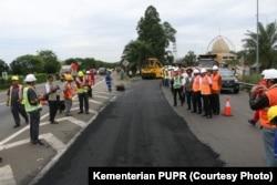 Kementerian Pekerjaan Umum dan Perumahan Rakyat memperbanyak pembangunan jalan aspal campur karet alam pada 2020. (Foto: Kementerian PUPR)