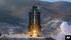 Tên lửa Unha-3 của Bắc Triều Tiên phóng đi từ bệ phóng ở Tongchang-ri, Bắc Triều Tiên (Ảnh lưu trữ 12/12/12)