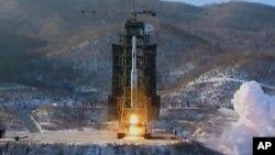 Hình chụp hồi tháng 12, 2012 cho thấy hỏa tiễn tầm xa Unha-3 của Bắc Triều Tiên được phóng đi từ Tongchang-ri.