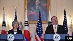 마이크 폼페오 미국 국무장관과 강경화 한국 외교장관이 지난 5월 워싱턴 DC 국무부 청사에서 공동 기자회견에 참석했다.