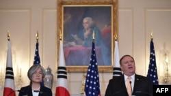Ngoại trưởng Mỹ Mike Pompeo và Ngoại trưởng Hàn Quốc Kang Kyung-wha trong cuộc họp báo tại Bộ Ngoại giao Mỹ ngày 11/5/2018.