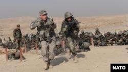 Nhân viên huấn luyện của quân đội Mỹ đào tạo các học viên cho Quân đội Quốc gia Afghanistan tại trường đào tạo quân sự ở Kabul