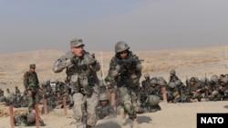 Američki i avganistanski vojnici tokom zajedničke obuke u vojnom centru za obuku, nedaleko od Kabula