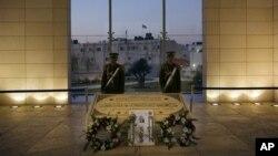 Anggota Pengawal Presiden berjaga di sekitar makam mendiang Presiden Palestina Yasser Arafat di Ramallah (Foto: dok).