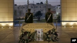 Anggota pasukan pengawal presiden berjaga di dekat makam almarhum presiden Yasser Arafat di Ramallah, Tepi Barat (Foto: dok). Makam ini akan digali untuk pengujian forensik untuk menetapkan penyebab kematian mantan pemimpin Palestina tersebut, Selasa (27/11).