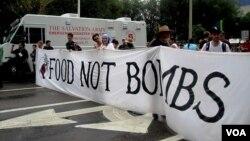 Para pendukung Ron Paul bergabung dengan demonstran kelompok 'Occupy Tampa' menggelar aksi protes di dekat arena Konvensi Nasional Partai Republik, di Tampa 27/8 (Eva Mazrieva/VOA).
