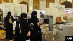 Para perempuan Saudi mengenakan abaya saat berbelanja di Jeddah (foto: ilustrasi). Sebuah laporan menyatakan kota Jeddah membuka sebuah klub malam.