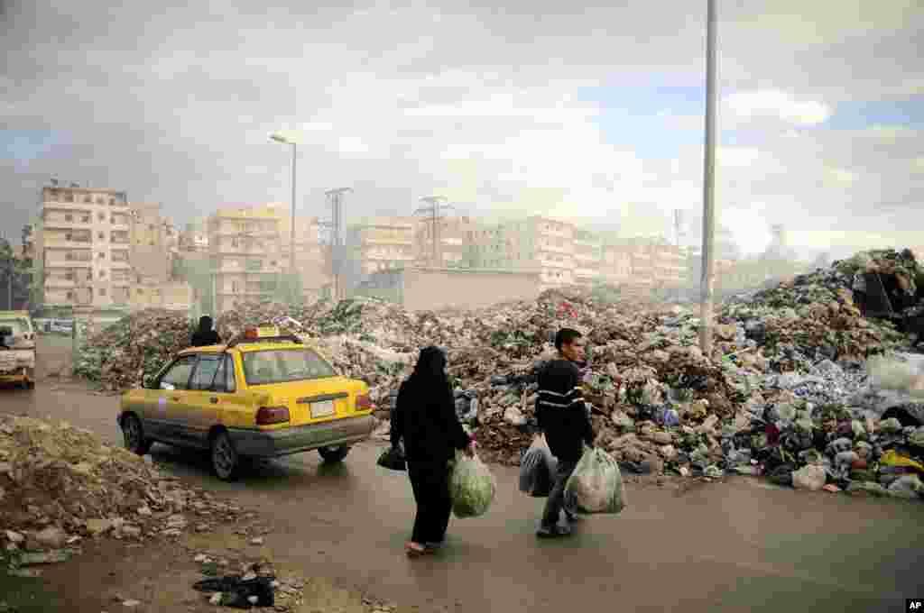 حلب میں شدید لڑائیوں اور گولہ باری کے باعث صفائی کا نظام مفلوج ہوچکاہے۔ لوگ اپنا کورڑا کرکٹ ایک چوراہے میں پھینک رہے ہیں۔